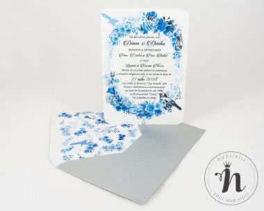 Invitatii nunta - Invitatii nunta vintage cu flori albastre si plic argintiu personalizat