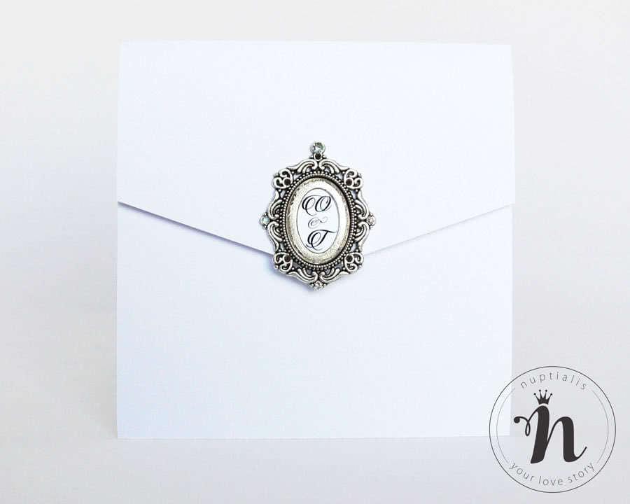 Invitatii nunta simple si elegante cu brosa argintie - vedere din fata