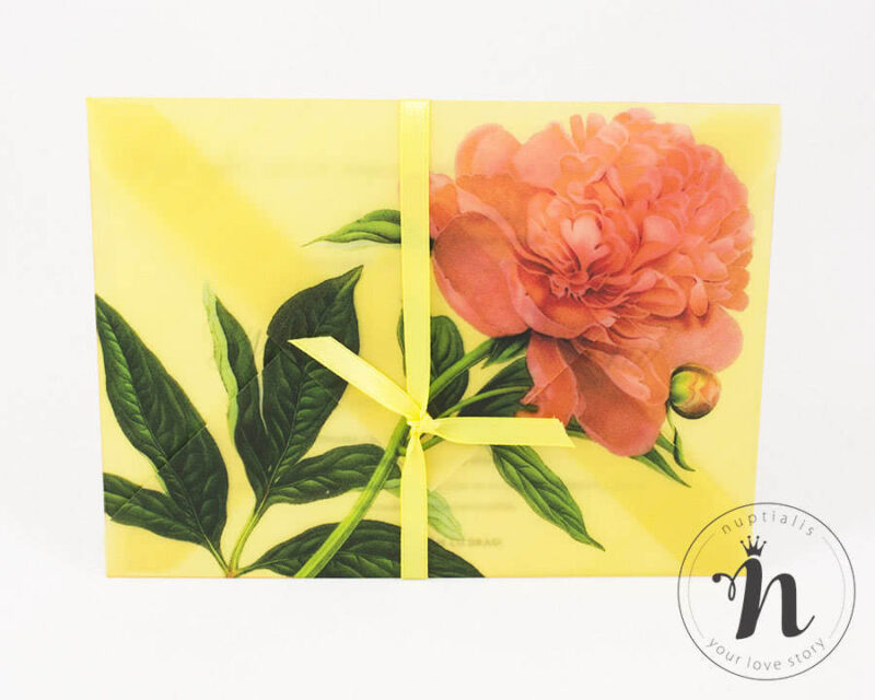 Invitatii nunta handmade cu bujori Rica, plic din calc imprimat si legat cu panglica galbena.