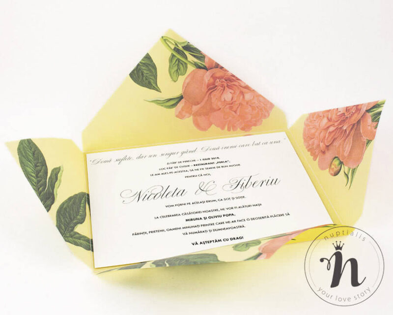 Invitatii nunta handmade cu bujori corai si textul tiparit pe carton texturat.