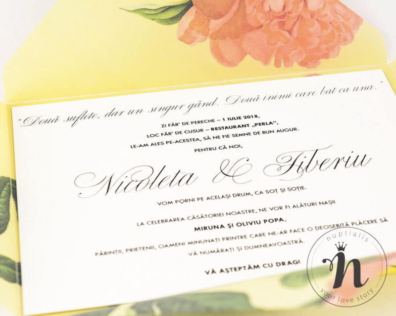 Invitatii nunta in plic handmade cu bujori corai, detaliu text.