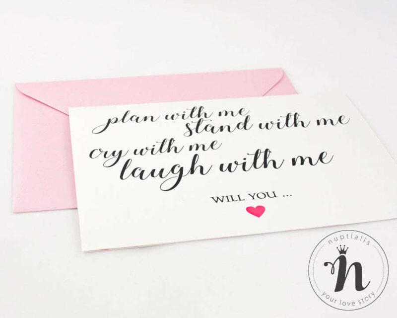 invitatii domnisoare de onoare moderne here she comes accesorizata cu plic roz sidef - detaliu din fata