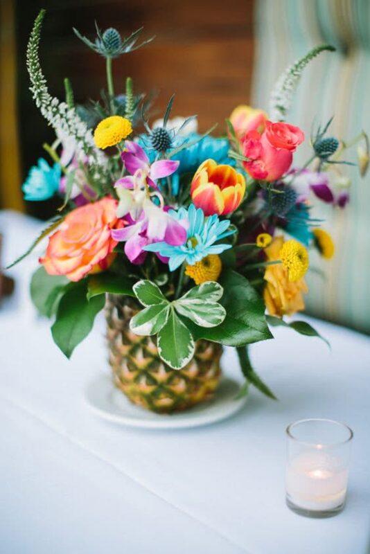 aranjament floral inedit in suport de ananas