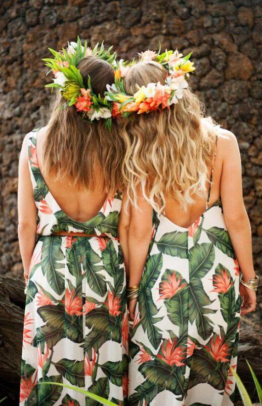 rochii domnisoare de onoare cu pattern tropical si coronite de flori