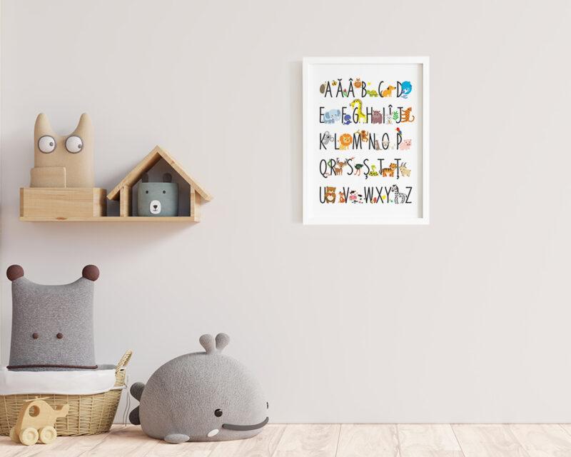 Tablou alfabet cu animale colorate, agatat pe perete in camera copilului.