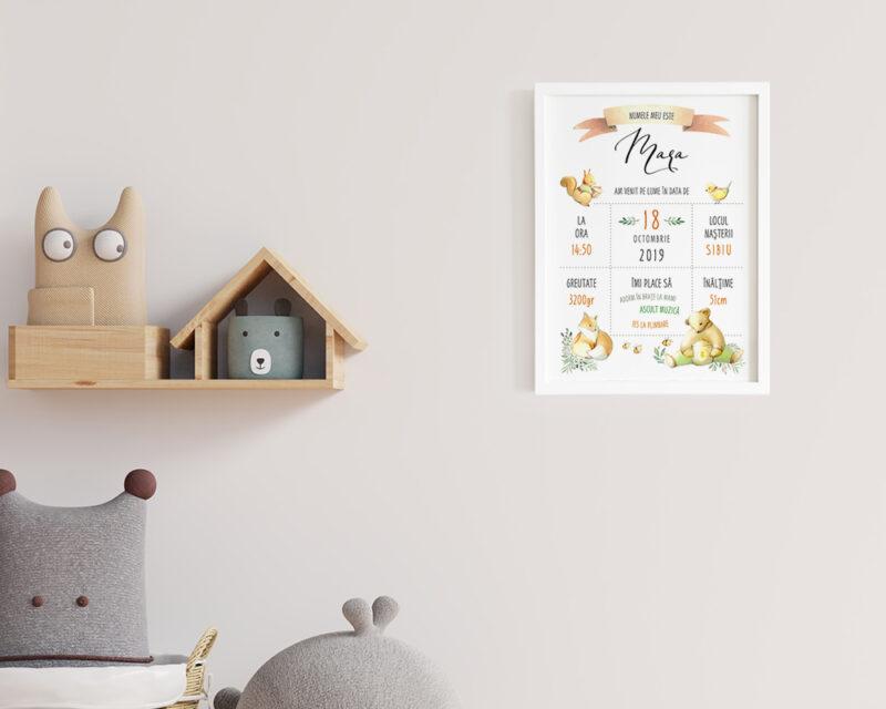 Tablou personalizat bebe cu animale din padure, agatat pe perete in camera copilului.