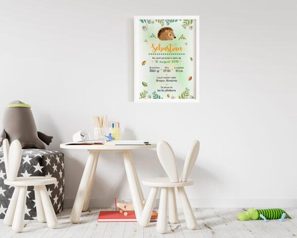 Tablou personalizat cu datele bebelusului Tiny Hedgehog, cu arici, alune si frunze verzi.