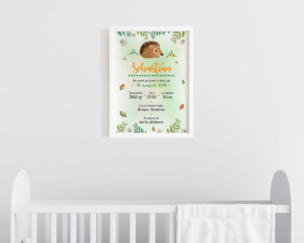 Tablou personalizat bebe Tiny Hedgehog agatat pe perete in camera bebelusului.