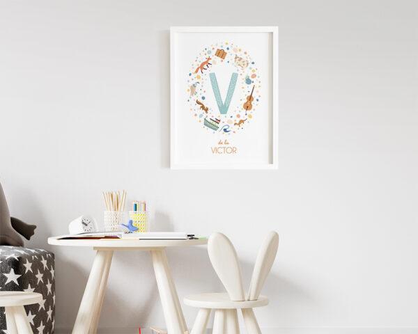 Tablou pentru copii personalizat cu nume, animale si obiecte ce incep cu aceeasi litera si inramat cu rama alba.