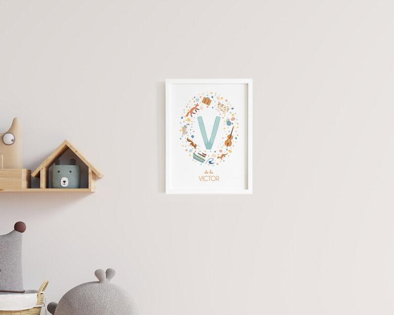 Tablou personalizat pentru copii First Letter cu initiala si nume; agatat pe perete in camera copilului.