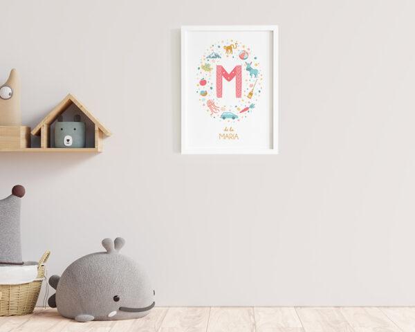 Tablou personalizat pentru copii Letter M, agatat pe perete in camera copilului.
