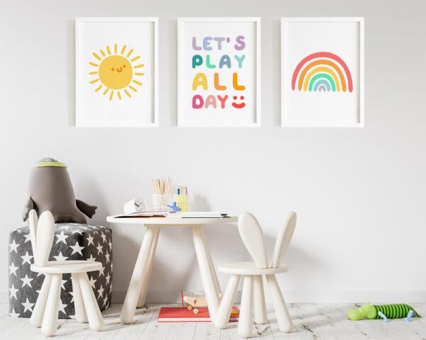 Set 3 tablouri camera baieti vesel colorate, inramate cu rama alba din lemn.