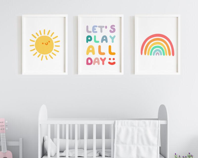 Set 3 tablouri camera baieti Let's Play All Day, prinse pe perete deasupra patutului.