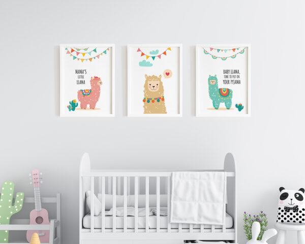 Set 3 tablouri copii cu lame colorate, prinse pe perete in dormitorul bebelusului.