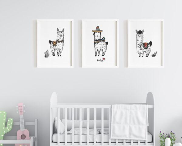 Set 3 tablouri copii cu lame haioase, prinse pe perete in dormitorul bebelusului.