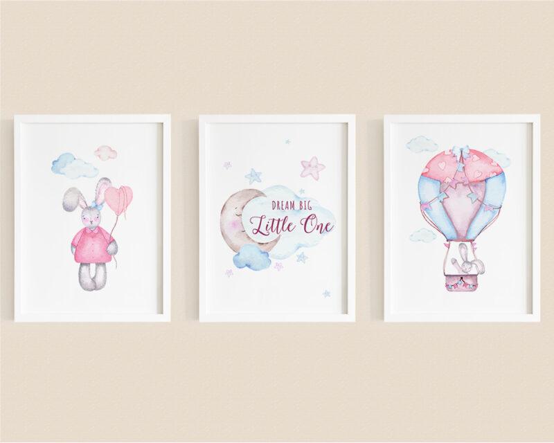 Set de 3 tablouri watercolor pentru camera copiilor cu mesajul Dream Big Little One, iepurasi si norisori.