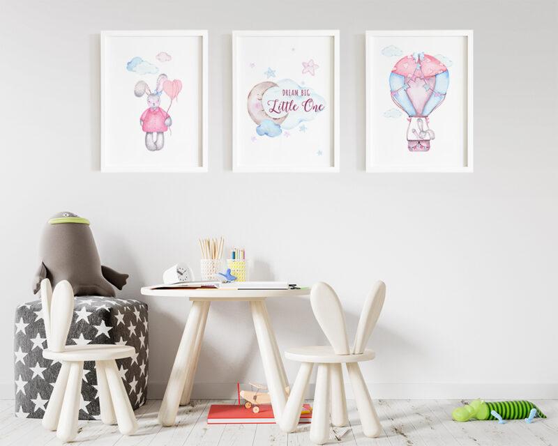 Set de 3 tablouri watercolor pentru camera copiilor cu iepurasi in nuante de roz si bleu.