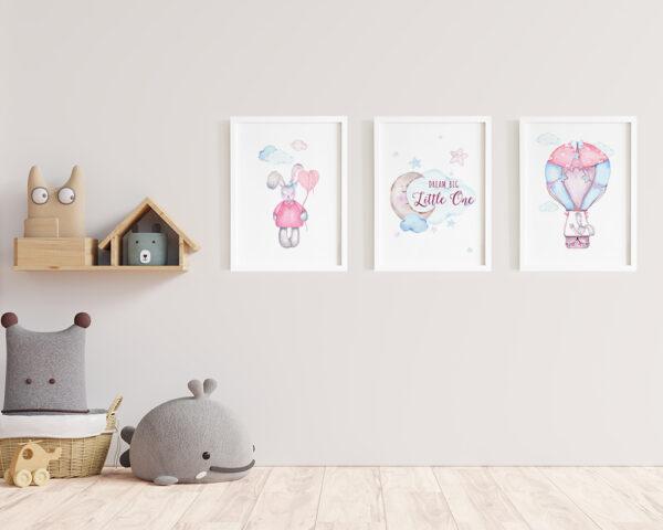 Un set de 3 tablouri watercolor pentru camera copiilor cu iepurasi, inramate si gata de agatat pe perete.