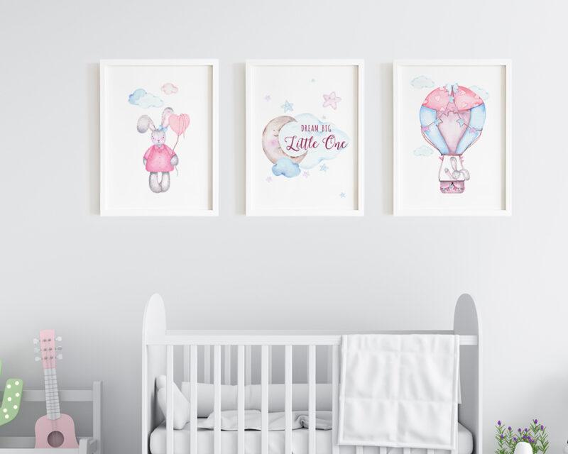 Set de 3 tablouri watercolor pentru camera copiilor cu rama alba din lemn inclusa in pret.