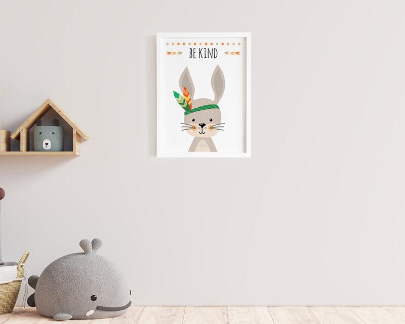 Tablou camera copilului cu iepuras si mesajul Be Kind, rama alba gata de agatat pe perete.