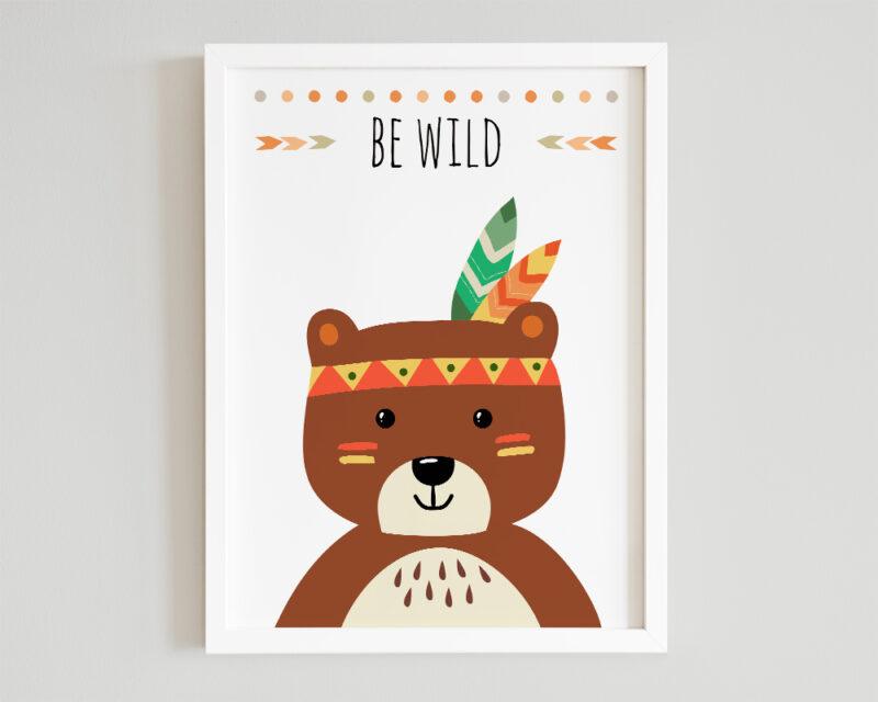Tablou cu ursulet si mesaj Be Wild, vesel colorat si inramat cu rama alba.
